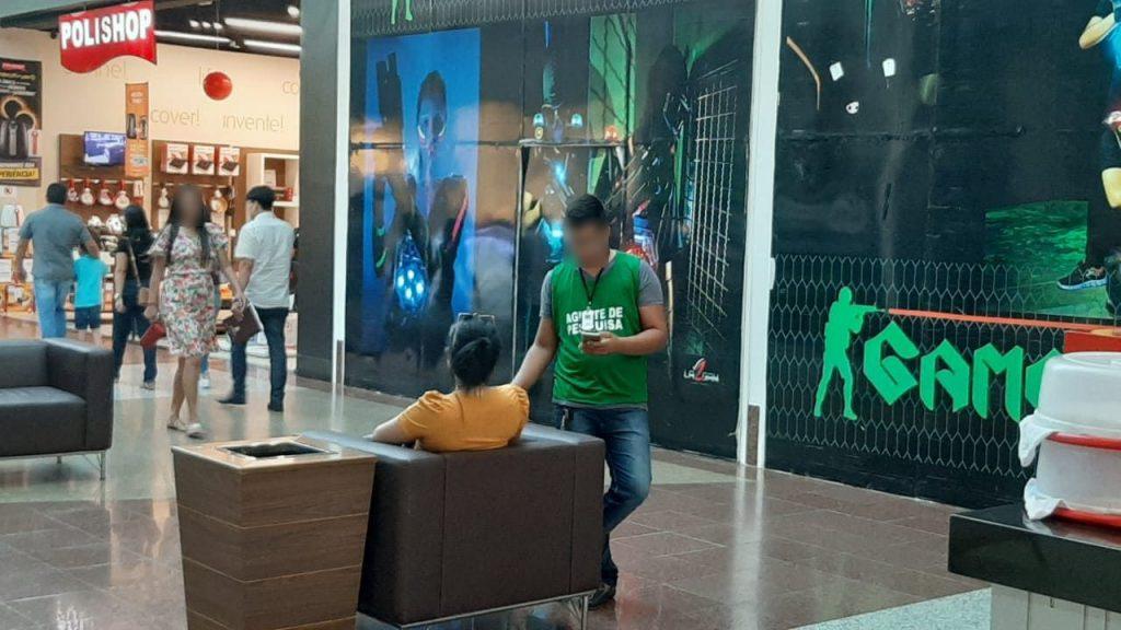 Entervistador realizando entrevista com tablet
