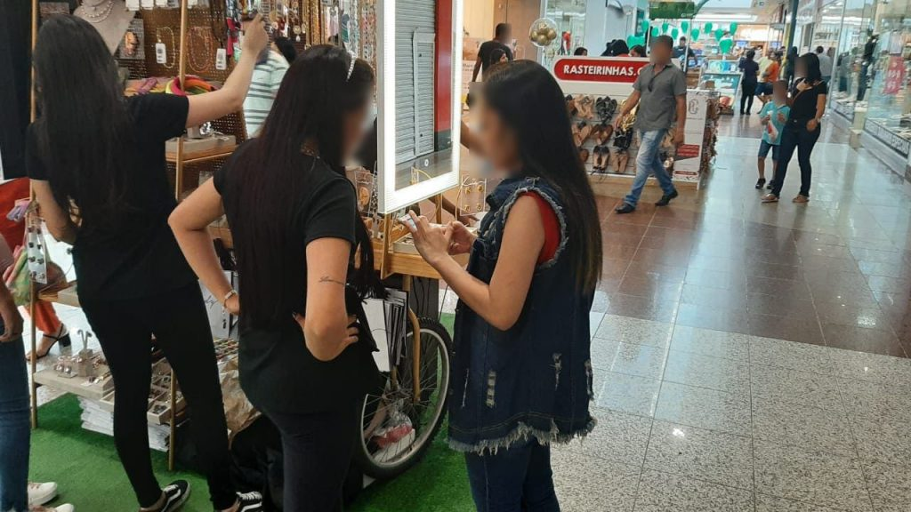 Entrevistadora realizando entrevista com o seu celular